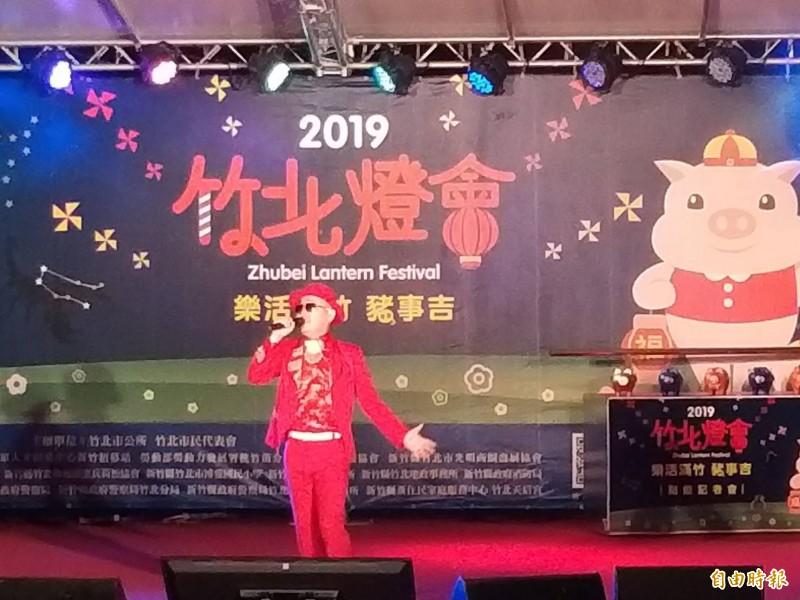 有小吳宗憲之稱的梅東生為竹北燈會活動表演暖場。(記者廖雪茹攝)