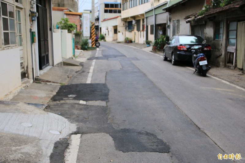 苗縣府於頭份市東田街進行污水下水道工程,但廠商進行道路假修復草率,整段路坑坑疤疤。(記者鄭名翔攝)