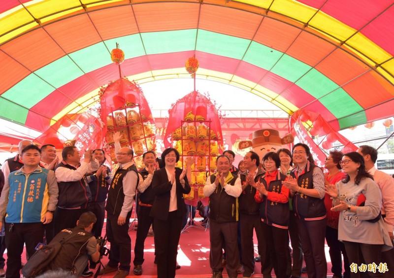 來賓宣布白沙坑迎燈排文化節熱鬧展開。(記者湯世名攝)