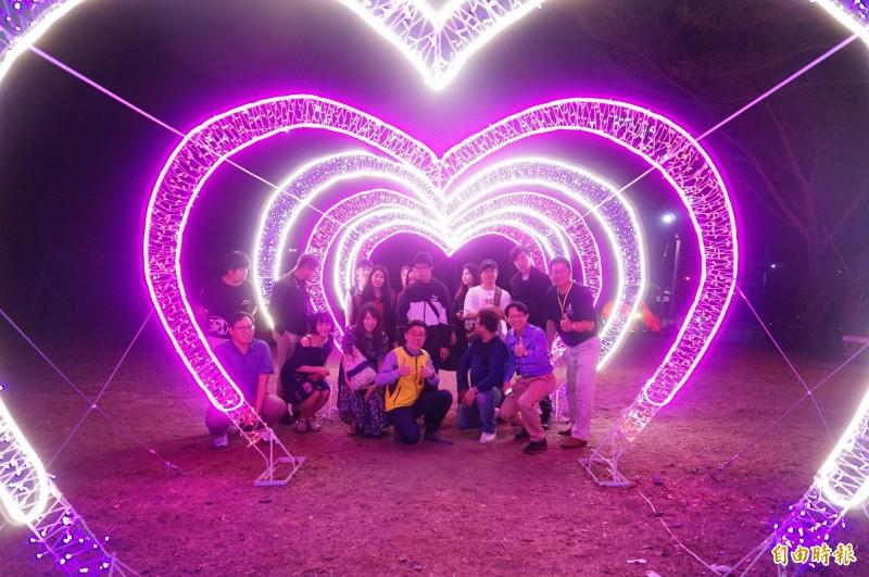 以「愛在枋寮」為主打的枋寮燈會,「全世界最大的愛心燈」今晚點燈,搶先開幕。(記者陳彥廷攝)