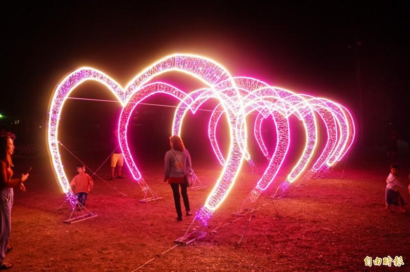 以「愛在枋寮」為主打的枋寮燈會,全世界最大的愛心燈今晚點燈。(記者陳彥廷攝)