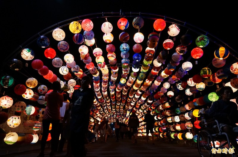 枋寮燈會社區彩繪燈籠隧道。(記者陳彥廷攝)