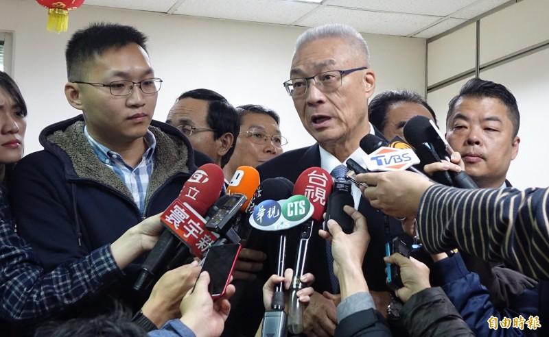 針對民進黨政府打算修法延長高官登陸管制期限,國民黨主席吳敦義(中)今天表示,應該不能溯及既往,這是最基本的原則。(資料照)