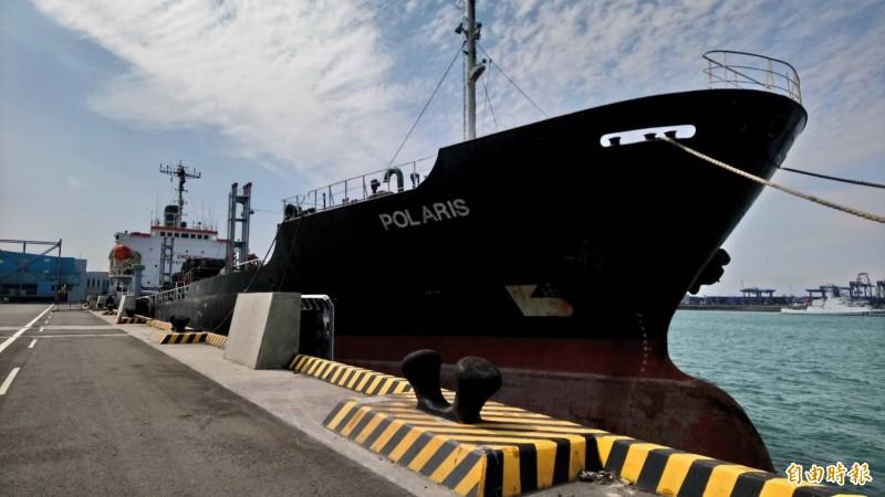 北斗星號油輪涉海上賣油給北韓船隻,遭到檢調調查,同時因為被撤銷船籍,長期扣留在台中港。(記者歐素美攝)