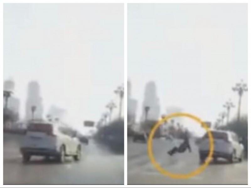 白色休旅車在車體出現偏移前,畫面上完全看不見有行人穿越馬路的身影,但在下一秒,竟有個路人就這麼憑空出現被撞倒。(圖擷取自The Hidden Underbelly 2.0 YT頻道)