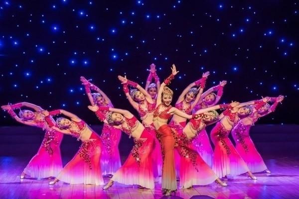 南投燈會壓軸好戲「七彩雲南」,16日晚間在南投市會展中心的主燈區舞台登場。(南投縣政府提供)