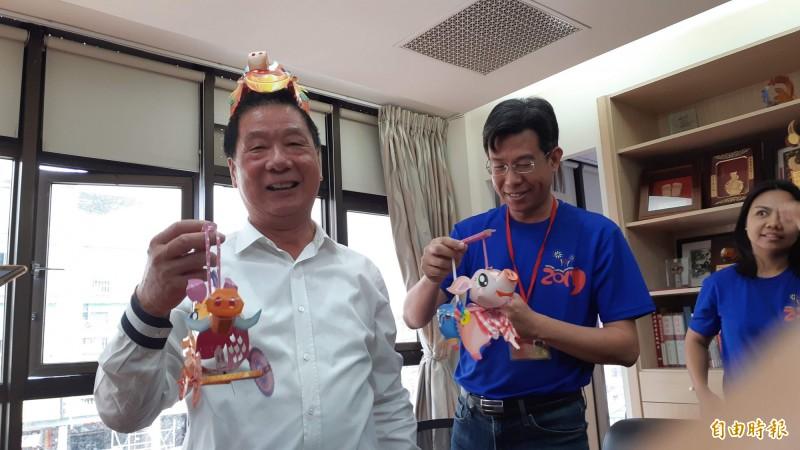 台東市長張國洲(左)提豬燈籠,歡迎大家一起豐元宵。(記者黃明堂攝)