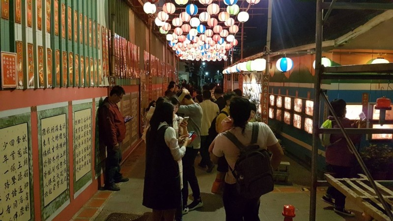 北港燈會「巷弄燈區」帶著民眾穿越時空賞燈。(讀者提供)
