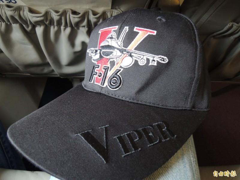 空軍嘉義基地設計的F16V戰機紀念帽。(記者羅添斌攝)