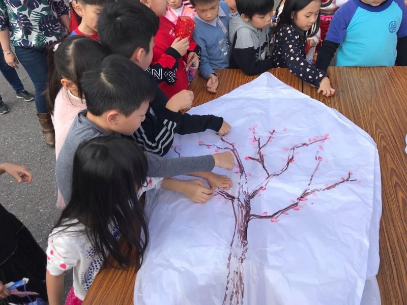 天燈上繪製的櫻花樹,由鎮長、代表及學童共同蓋拇指印完成,象徵大家齊心協力推展羅東之美,也為羅東鎮新的一年祈福。(記者張議晨翻攝)
