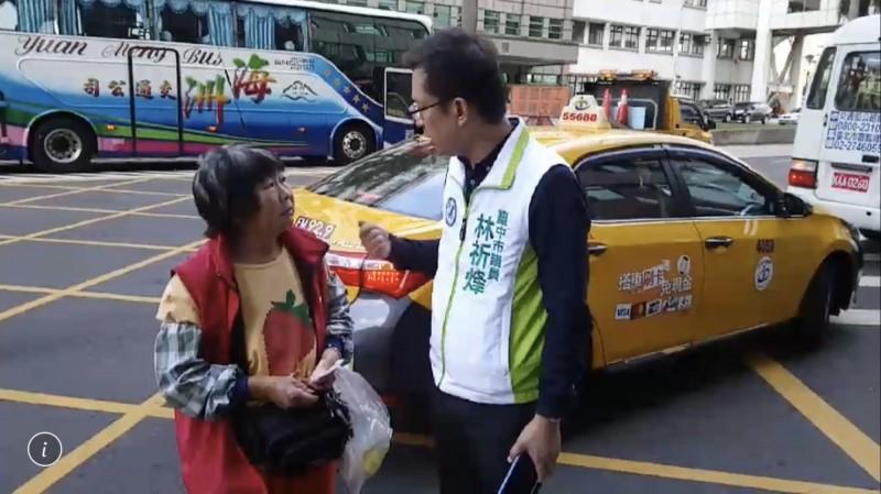 敬老愛心卡調整補助,市議員林祈烽前往中國附醫關心長輩搭車狀況。(記者黃鐘山翻攝)