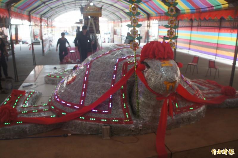 赤崁龍德宮今年元宵推出600斤丁香搭配1萬2000斤米包龜。(記者劉禹慶攝)