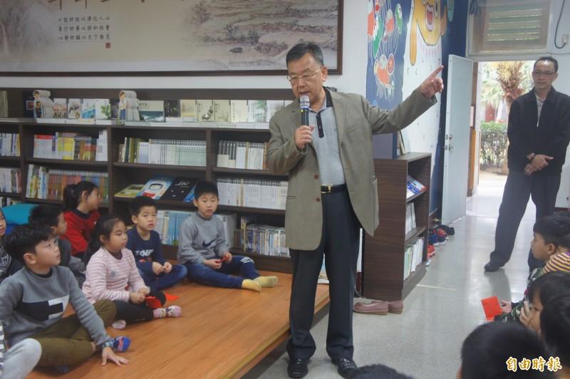 澎湖縣長賴峰偉到文光國小一日伴讀,為一年級學生講故事發紅包。(記者劉禹慶攝)