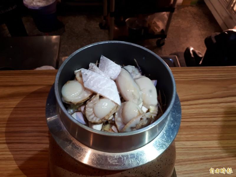 新竹市少年街的鐵釜日式料理有道地的鐵鍋釜飯,是以美味新鮮的海鮮搭配菇類蔬菜再淋上高湯,用酒精燈燻烹燜煮30分鐘而成,相當美味,還可吃到飽滿美味飯粒。(記者洪美秀攝)