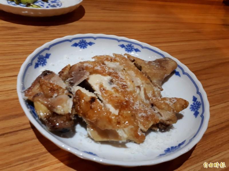 日式餐酒館可點的起司粉烤雞腿,吃得到雞腿的酥脆和起司的滑順。(記者洪美秀攝)