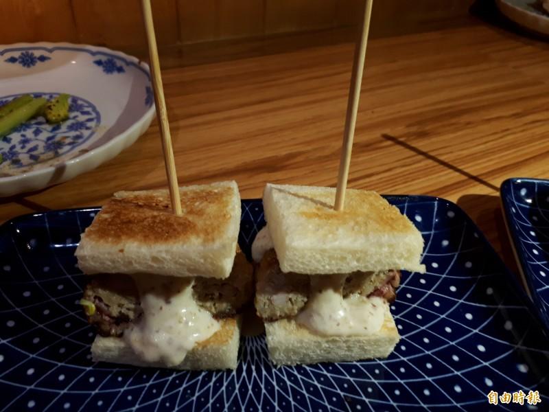 西式吐司堡可吃到豬肉魚肉和中卷的美味,搭配特製的醬汁,吃後可讓身心一天的疲憊都獲得療癒。(記者洪美秀攝)