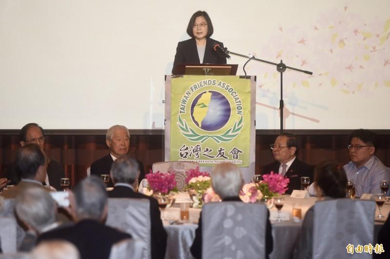 台灣之友會15日舉辦「金豬報喜迎新春」新春聯誼會,總統蔡英文(中)致詞、總會長黃崑虎(左二)等出席。(記者簡榮豐攝)