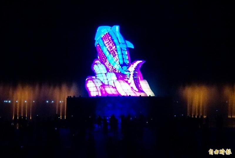 台灣燈會主燈測試,高達15公尺的「巨鮪來富」主燈正式點亮,搭配水舞現身。(記者陳彥廷攝)