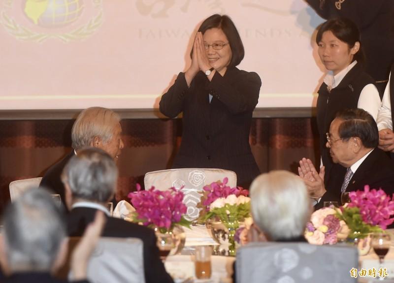 總統蔡英文(中)15日出席台灣之友會舉辦「金豬報喜迎新春」新春聯誼會,雙手合十向與會來賓致意。(記者簡榮豐攝)
