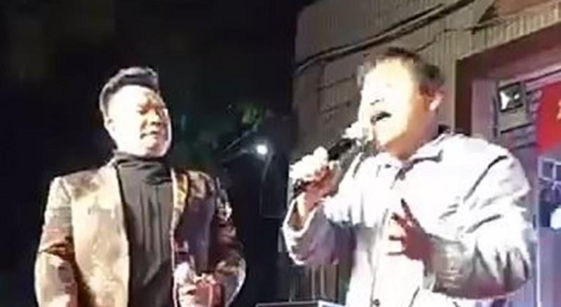 中國福建省1名男藝人演唱陳雷《前世緣》獲得滿堂彩。(圖擷取自爆笑公社)