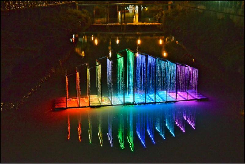 萬年溪水(屏東燈區)︰萬年溪上的彩虹水幕在黑夜裡特別耀眼。(記者許麗娟/攝影)