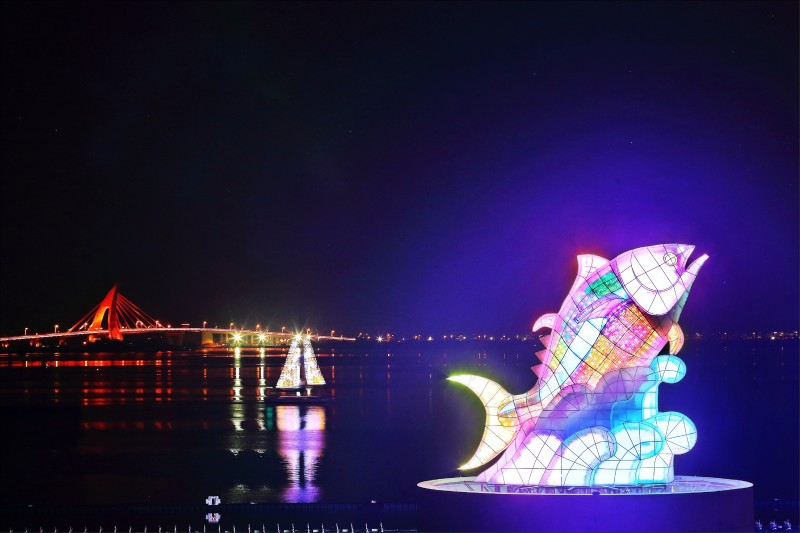 巨鮪來富(大鵬灣燈區)︰今年的台灣燈會主燈「巨鮪來富」,是以東港著名的黑鮪魚為設計,燈會期間18:00~22:00每30分鐘會有一場搭配水幕投影與水舞的絢麗主燈秀。(記者李惠洲/攝影)