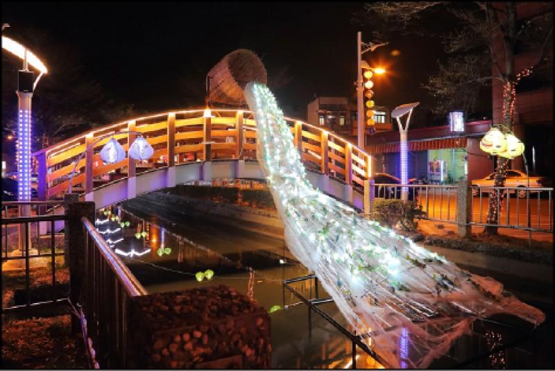 流進記憶的魚群(東港小鎮燈區)︰東港鎮的大排上,象徵豐收魚群的創意燈飾相當迷人。(記者李惠洲/攝影)