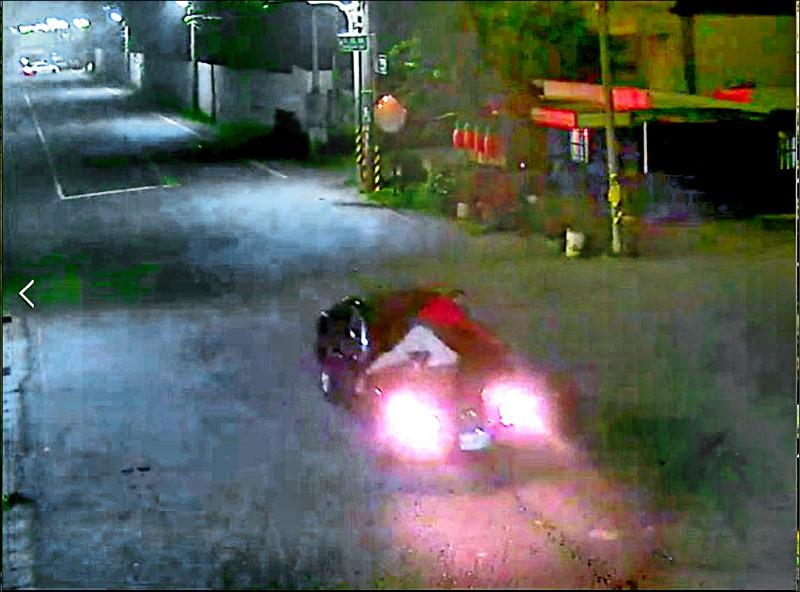 監視器影片可看見謝姓男子趴在擋風玻璃上。(警方提供)