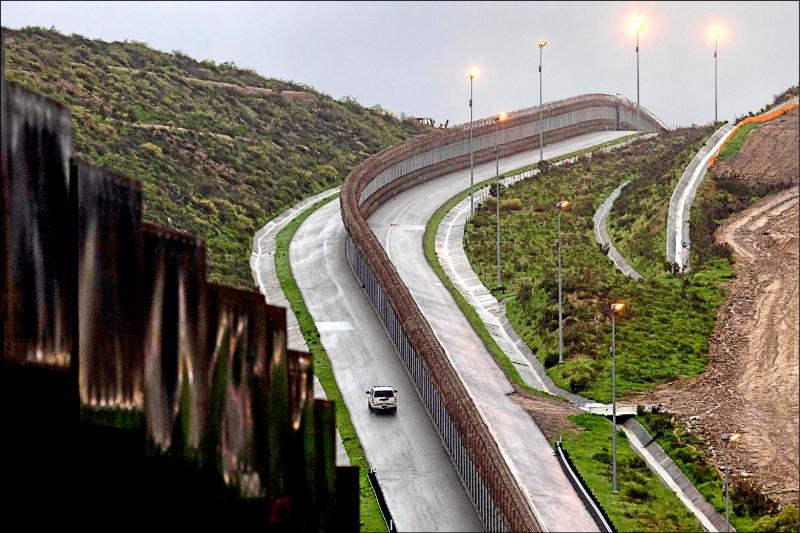 美墨邊境執法人員不時出動巡邏,防堵非法移民進入美國。(法新社檔案照)