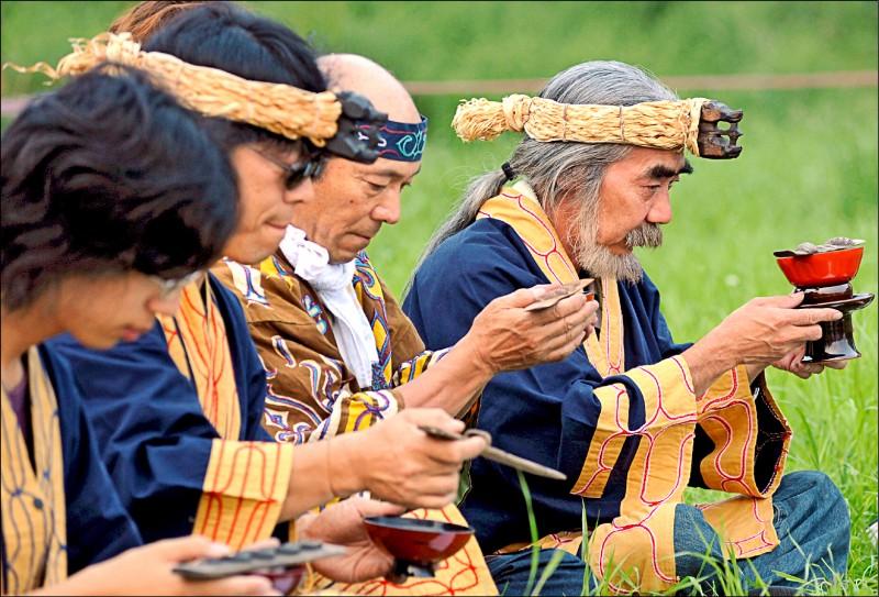 北海道伊達市數名愛努人,二○○八年七月六日正捧著斟滿酒的酒杯,進行祈福儀式。該族信奉「泛靈論」,男性會蓄落腮鬍、未婚女性則會在臉部刺青做為裝飾。(歐新社檔案照)