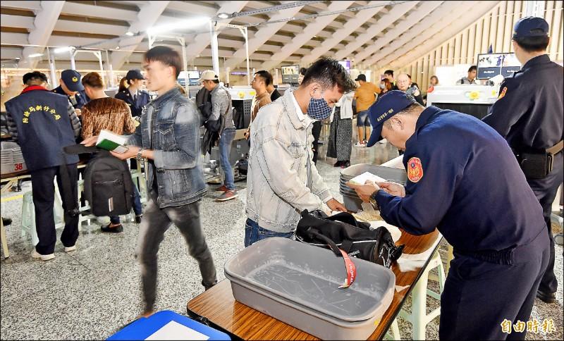 來自越南的豬肉三明治驗出非洲豬瘟病毒,昨天晚間六點起,越南來台旅客列入手提行李百分之百檢查,越捷航空VJ-942班機旅客成首批檢查的對象。 (記者朱沛雄攝)