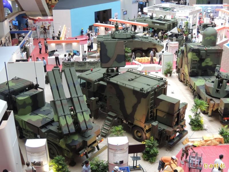 中科院研製新型短程防空系統將赴阿布達比參展,系統是由陸射劍二飛彈系統(左),以及雷達(中)及快砲系統(右)等組成。(記者羅添斌攝)