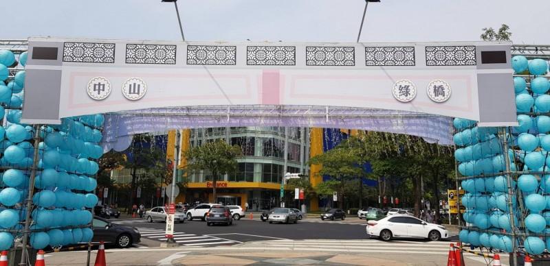 中台灣燈會入口處的「紙紮燈橋」,被網友酸說是「奈何橋」。(網友提供)