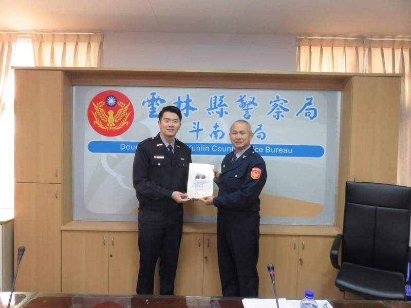斗南分局長黃福良(右)即日起調任新竹縣警察局警務參。(記者廖淑玲翻攝)
