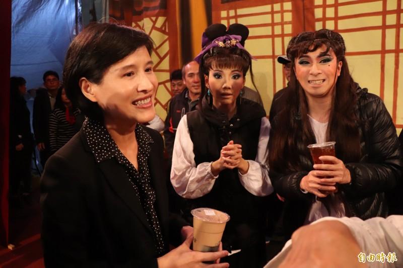 文化部長鄭麗君(左)今至利澤永安宮,關心在「走尪」活動表演的蘭陽戲劇團團員,並贈送團員飲料,與團員自拍搏感情。(記者林敬倫攝)