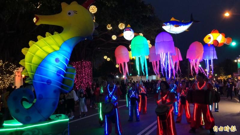 海馬、水母和魚兒浮在夜晚的半空。(記者羅欣貞攝)