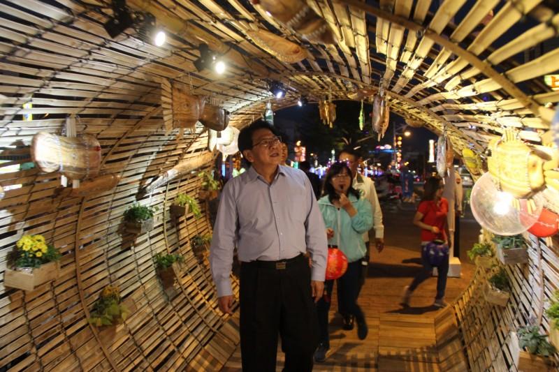 台灣燈會小鎮燈區今天點燈,潘孟安也親臨現場。(屏東縣政府提供)
