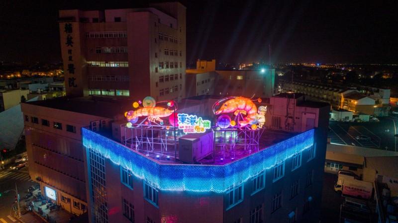 台灣燈會小鎮燈區今天點燈,圖為三地門的藝術家創作的大型「竹編魚簍」。(屏東縣政府提供)