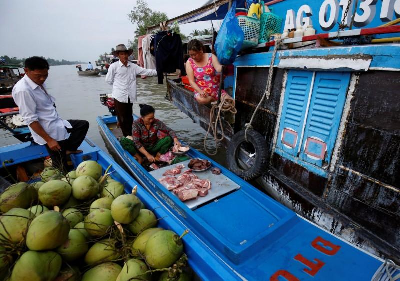 有資深導遊提醒,若去泰國湄公河附近遊玩,看到有美女遞來毛巾可別傻傻收下,不然可能會被盯上,要你花錢購買商品。圖為泰國媚公河,人物與新聞事件無關。(路透)