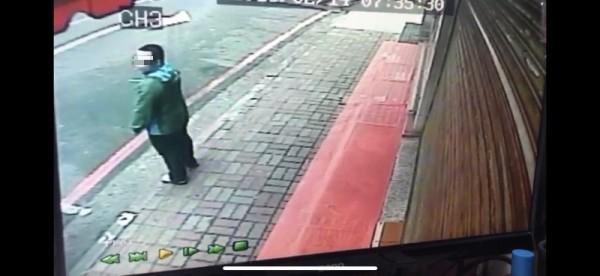 警方過濾監視器今天凌晨逮獲23歲無業鄭嫌。(記者吳仁捷翻攝)