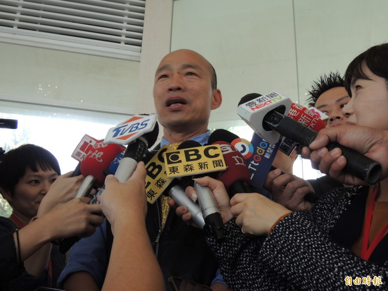 高雄市長韓國瑜日前感嘆「台灣鬼混20多年,完全沒有進步」,引發各界議論;韓國瑜今對此舉例說明,他30年前從事新聞工作、起薪45K,過了30年、起薪才30K出頭,這幾十年都在吃老本。(記者王榮祥攝)