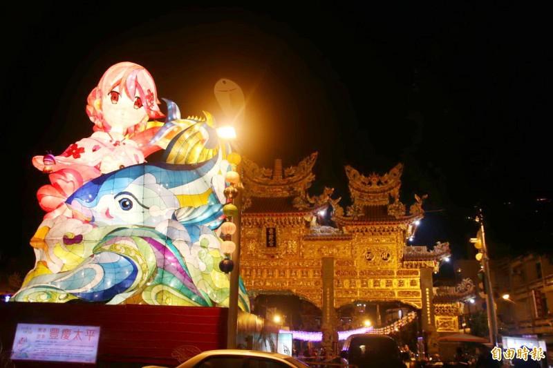 東港小鎮燈區今天點燈,兩座副燈相繼點亮後與東隆宮黃金牌樓相呼應。(記者陳彥廷攝)