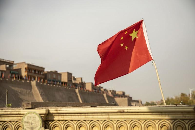 中國在新疆建立「再教育營」關押上百萬維吾爾人,上週遭土耳其痛批是「人道恥辱」。(彭博)