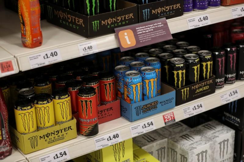 英國有位男大生為了提神時不時猛灌「魔爪」Monster Energ能量飲料(見圖),不小心喝上癮的他一天甚至猛灌6罐才能解癮,結果過度攝取下場是偏酸的飲料嚴重腐蝕牙齒,最終導致他牙齒全部爛光。(路透)