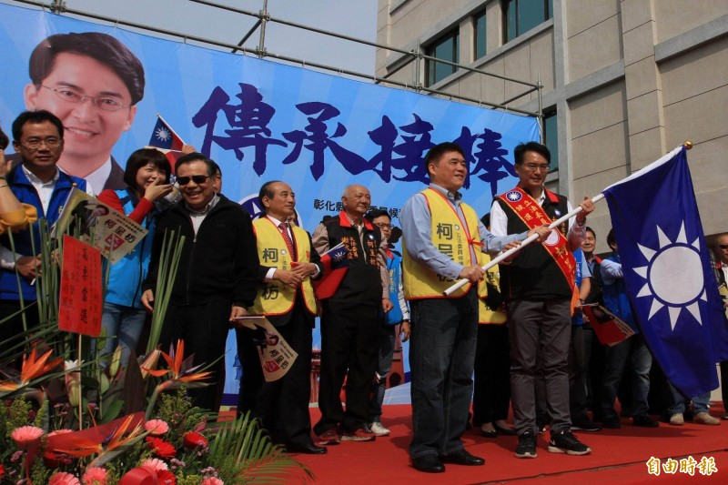 國民黨立委參選人柯呈枋(右1)競選總部今天成立,副主席郝龍斌(右2)授予戰旗。(記者湯世名攝)