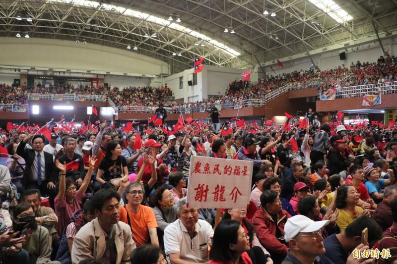 國民黨台南市第二選區立委補選人謝龍介今舉辦競選總部成立大會,邀請三都市長等人站台,民眾得知韓國瑜要來,紛紛前往支持,現場人潮眾多。(記者萬于甄攝)