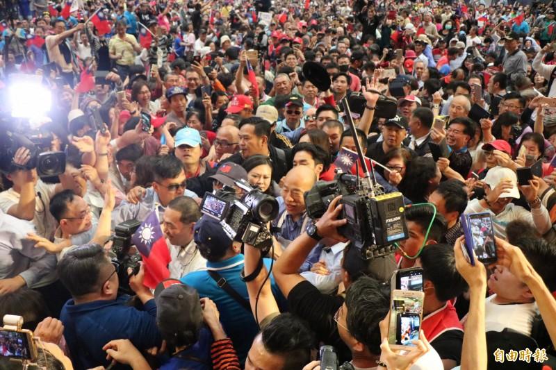新北市長侯友宜、高雄市長韓國瑜今到台南為謝龍介站台,進場時被支持者簇擁。(記者萬于甄攝)