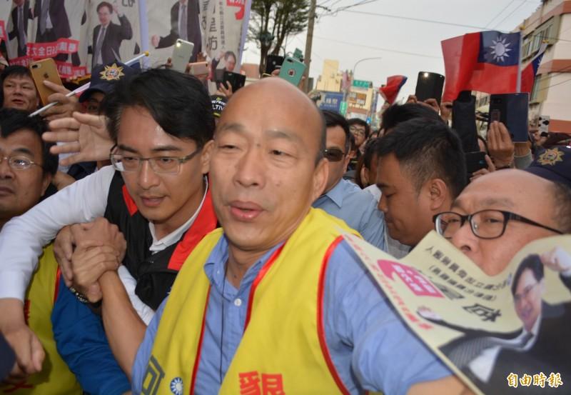 高雄市長韓國瑜今晚在臉書直播,他「必須講出九二共識,爭取和平做生意」。圖為韓國瑜今到彰化為國民黨立委補選參選人柯呈枋(左)站台。(記者湯世名攝)