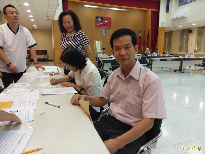 無黨籍嘉義市議員廖天隆(右)今晚驚傳在市議會研究室燒炭後送醫不治。(資料照,記者王善嬿攝)