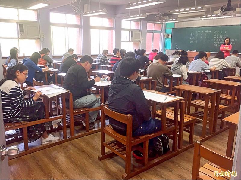 中華郵政去年招考吸引近3萬人報考。 (資料照,記者陳宜加攝)